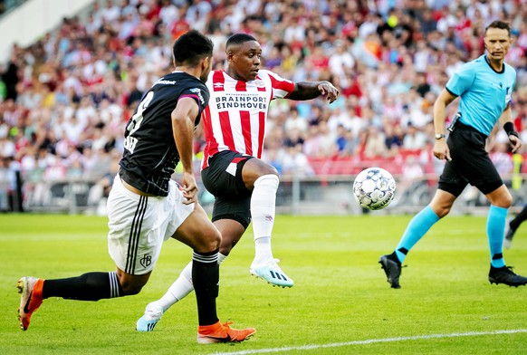 epa07735906 PSV Eindhoven player Steven Bergwijn in action against FC Basel player Omar Federico Alderete Fernandez during the second qualifying round for the Champions League match in Eindhoven, the Netherlands, 23 July 2019.  EPA/ROBIN VAN LONKHUIJSEN