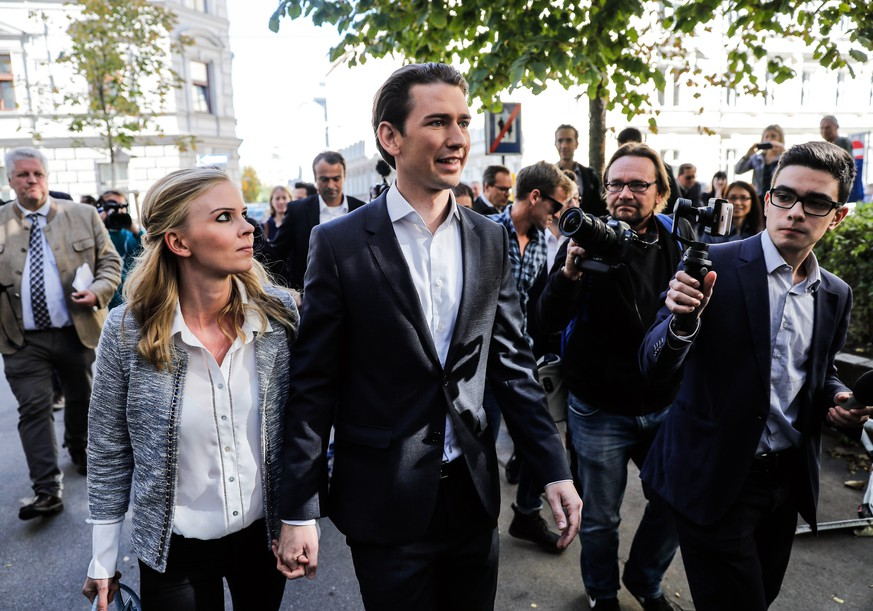 epa06266927 Austrian Foreign Minister Sebastian Kurz (R), the leader and top candidate of the Austrian Peoples Party (OeVP) and his girlfriend Susanne Thier (L) arrive at a polling station during the Austrian Federal Elections in Vienna, Austria, 15 October 2017.  EPA/VALDRIN XHEMAJ