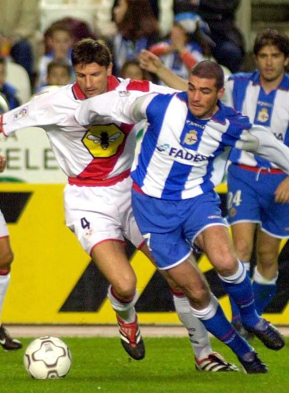 LC02 - 20020309 - LA CORUNA, GALICIA, SPAIN : Deportivo de La Coruna's Uruguayan Walter Pandiani (R), who scores his team's goal, struggles for the ball with Ramon De Quintana of Rayo Vallecano during their Spanish First Division match at Riazor stadium in La Coruna late Saturday 09 March 2002. Match ended in a 1-1 draw.   EPA PHOTO   EFE/TORRECILLA/MK/mr WO SPIELT HEUTE?