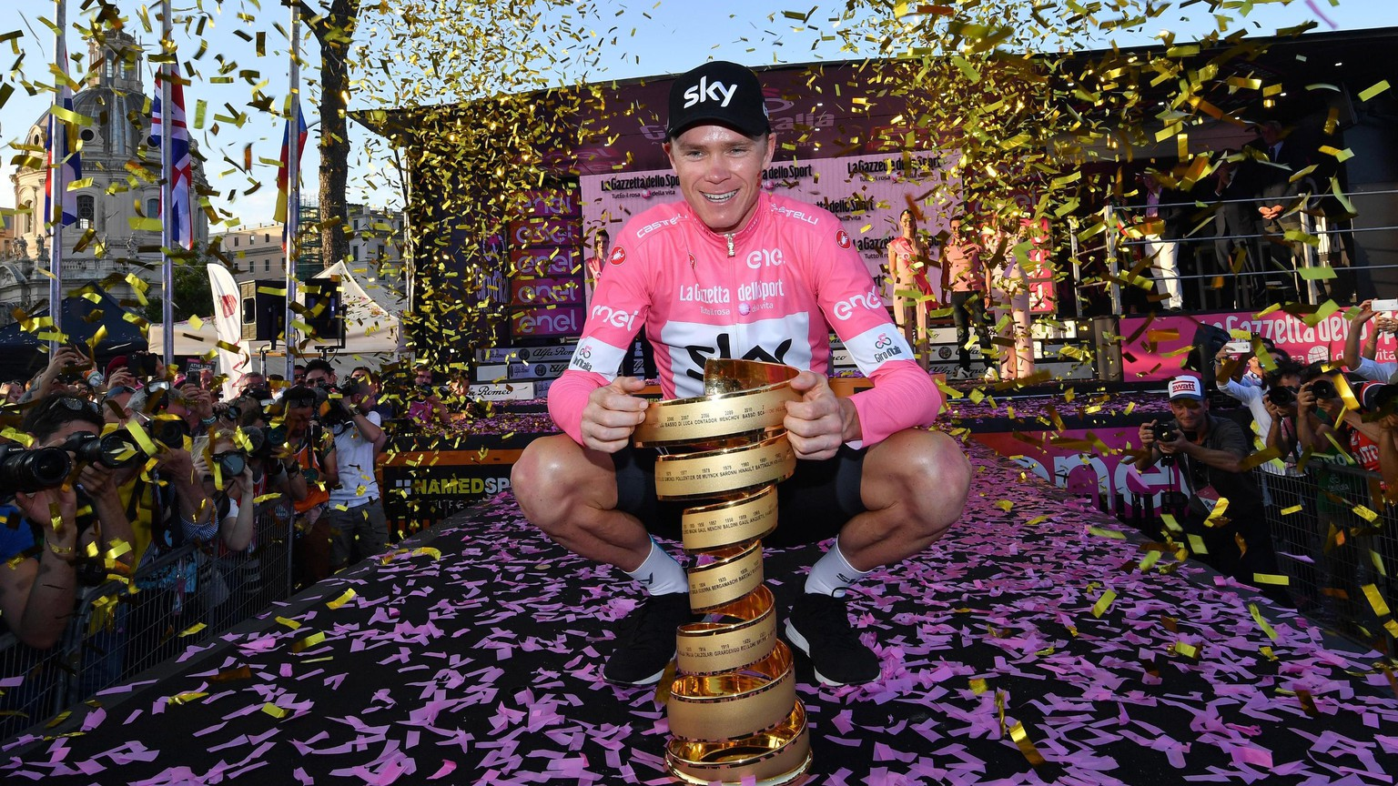 epa06767466 British Britain's Chris Froome poses with the trophy of the Giro d'Italia cycling race after the twenty-first and final stage of the Giro d'Italia cycling race, over 115 km in Rome, Italy, 27 May 2018.  EPA/Daniel Dal Zennaro