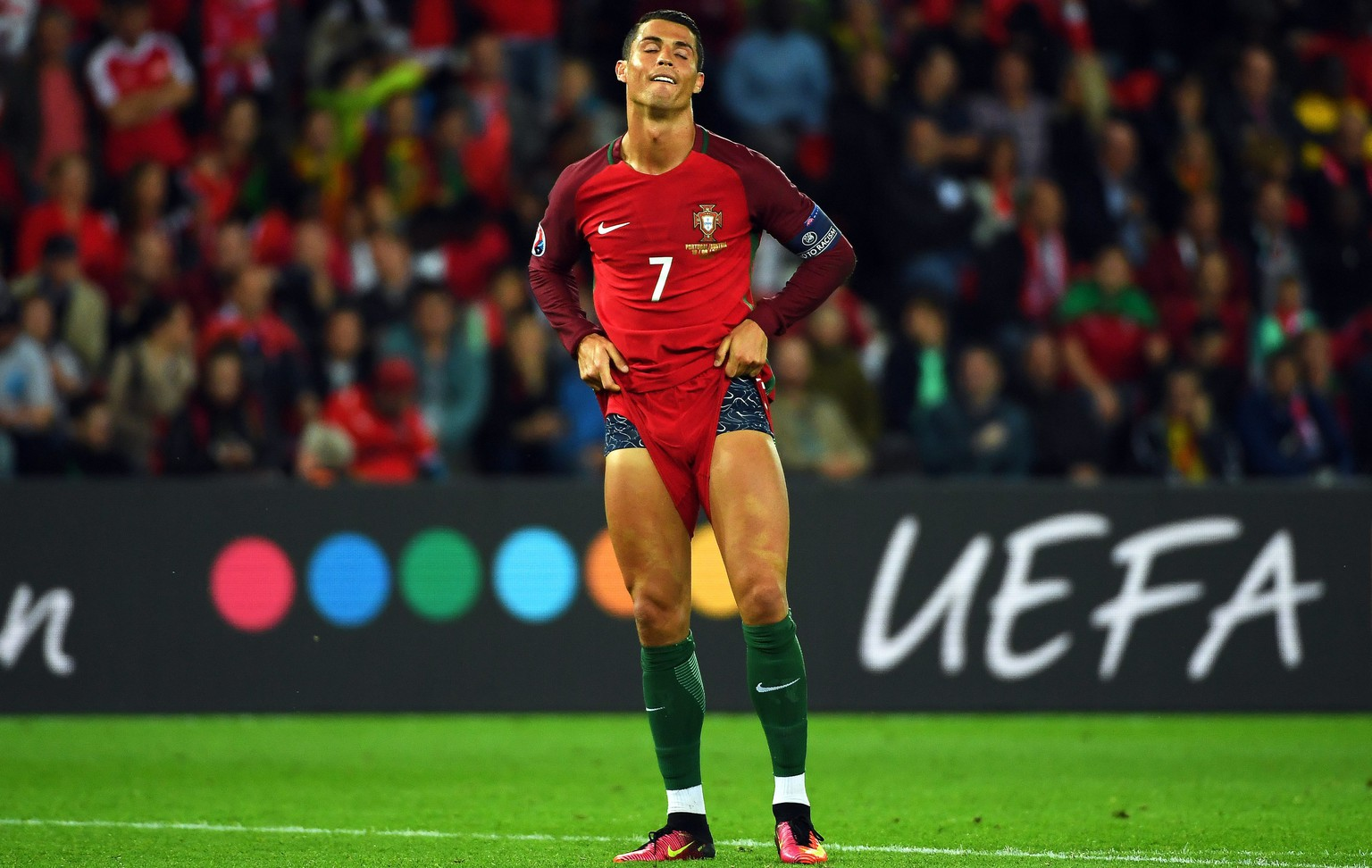 epa05376404 Cristiano Ronaldo of Portugal reacts after missing a penalty during the UEFA EURO 2016 group F preliminary round match between Portugal and Austria at Parc des Princes in Paris, France, 18 June 2016.