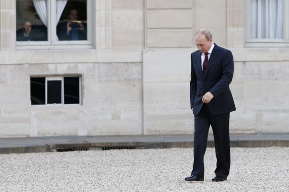 epa04241337 Russian President Vladimir Putin (R) arrives at the Elysee Palace to meet with French President Francois Hollande (not pictured) in Paris, France, 05 June 2014.  Russian President Vladimir Putin has two to four weeks to change tack in Ukraine or face more sanctions, US President Barack Obama said.  EPA/YOAN VALAT