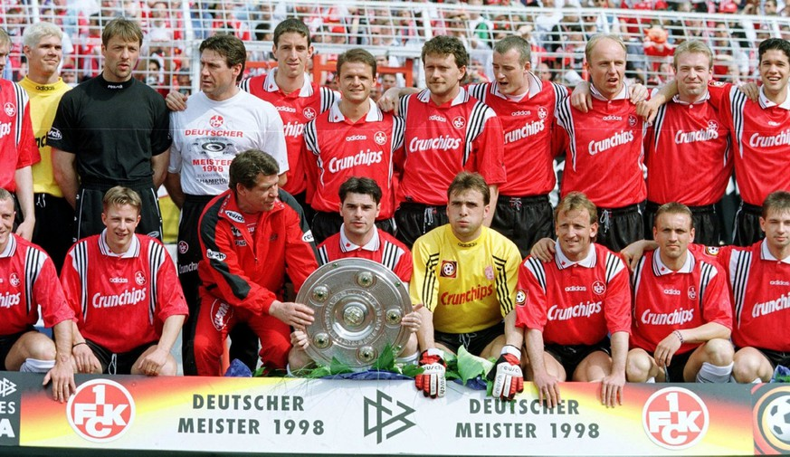 HBG36-19980509-HAMBURG: 1. FC Kaiserslautern coach Otto Rehhagel hands over the German champions trophy to the team's Swiss playmaker Ciriaco Sforza, 09 May, during the official photocall of the new German champion. Kaiserslautern drew 1-1 in today's Bundesliga match against Hamburg.    EPA PHOTO/DPA/STEFAN HESSE