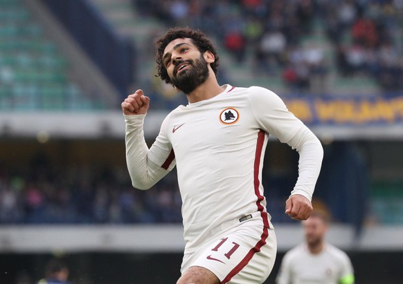 epa05977331 Roma's Mohamed Salah jubilates after scoring during the Italian Serie A soccer match AC Chievo Verona vs AS Roma at Bentegodi stadium in Verona, Italy, 20 May 2017.  EPA/SIMONE VENEZIA