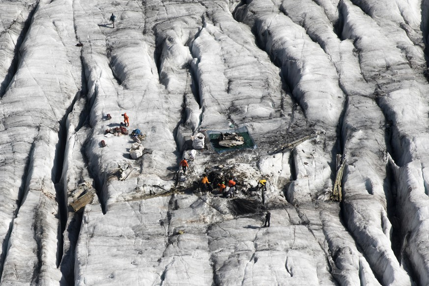 Members of the Swiss army remove the wreckage of the US-WWII warplane C-53 Skytrooper Dakota that crashed in 1946, pictured on the Gauli Glacier in the Bernese Alps, Switzerland, Monday, September 17, 2018. (KEYSTONE/Peter Klaunzer)