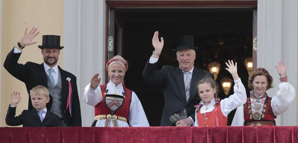 (From L-R) Prince Sverre Magnus, Crown Prince Haakon, Crown Princess Mette-Marit, King Harald, Princess Ingrid Alexandra and Queen Sonja salute from the balcony of the Royal Palace in Oslo during celebration of the Norwegian Constitution Day, May 17, 2014 during the commemoration of the 200 year anniversary of Norway's constitution. 112 representatives from the whole country gathered at Eidsvoll Manor to write a constitution, all done in a short time span of six weeks, from April 10, 1814.  AFP PHOTO / NTB SCANPIX / LISE ASERUD +++ NORWAY OUT