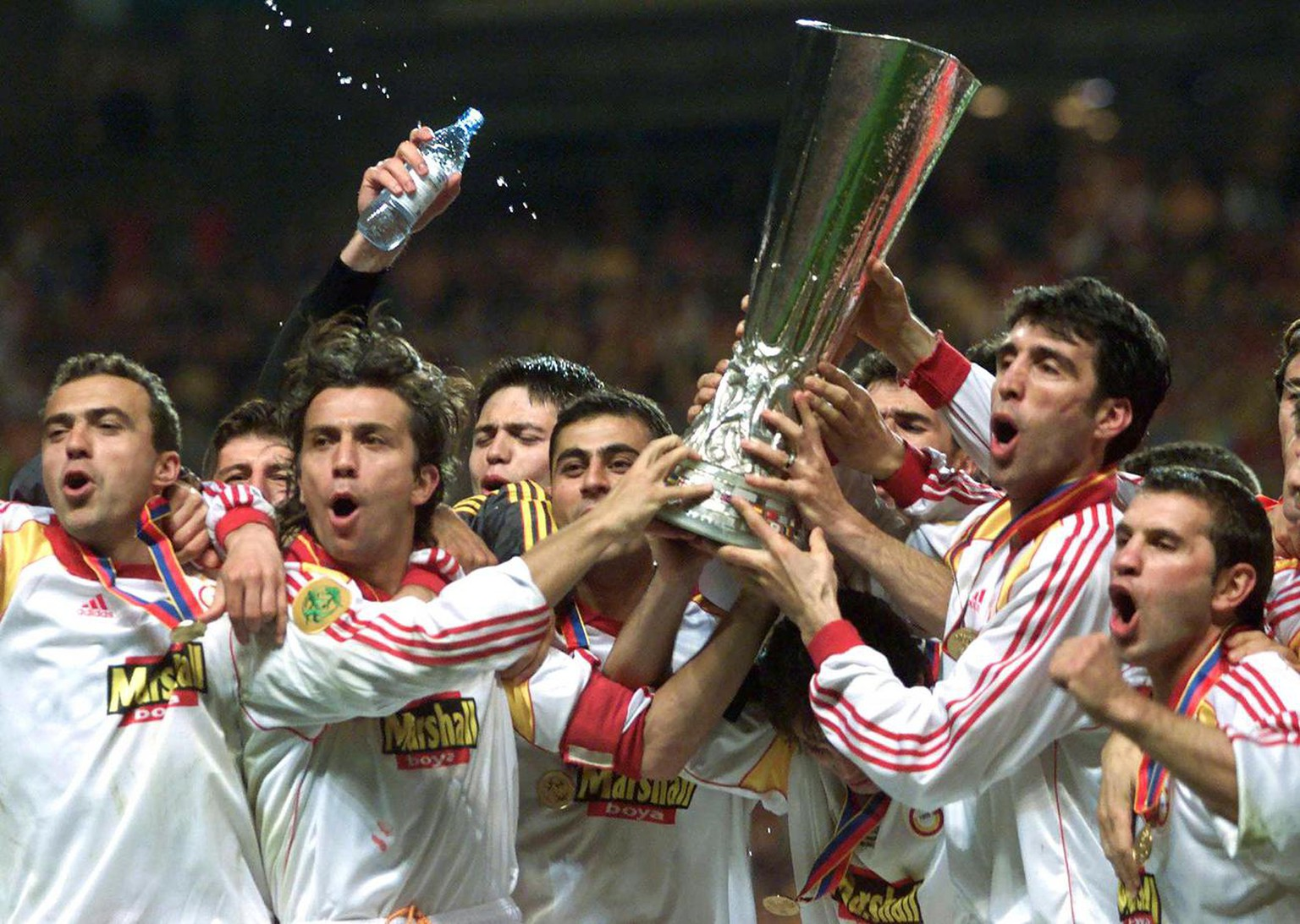 COP17-20000517-COPENHAGEN, DENMARK: The team of Galatasaray Istanbul celebrate with the UEFA Cup trophy, Wednesday, 17 May, 2000, after winning the UEFA Cup final by defeating Arsenal London in a penalty shoot out.  (ELECTRONIC IMAGE) EPA PHOTO/ANJA NIEDRINGHAUS