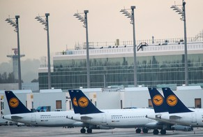 epa04455762 Lufthansa aircrafts parked at the gates of the airport in Munich, Germany, 21 October 2014. Pilots at Lufthansa ratcheted up a 35-hour strike on 21 October 2014, grounding many intercontinental flights by the German flag carrier. The strike is the eighth this year by the Cockpit Union, which is fighting to preserve an early-retirement scheme that allow pilots to leave after 55 on generous benefits. Lufthansa wants to raise the threshold to 60.  EPA/PETER KNEFFEL