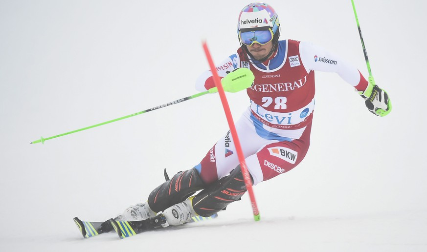 epa05629410 Luca Aerni of Switzerland clears a gate during the Men's Slalom race at the FIS Alpine Skiing World Cup event in Levi, Finland, 13 November 2016.  EPA/MARKKU OJALA FINLAND OUT