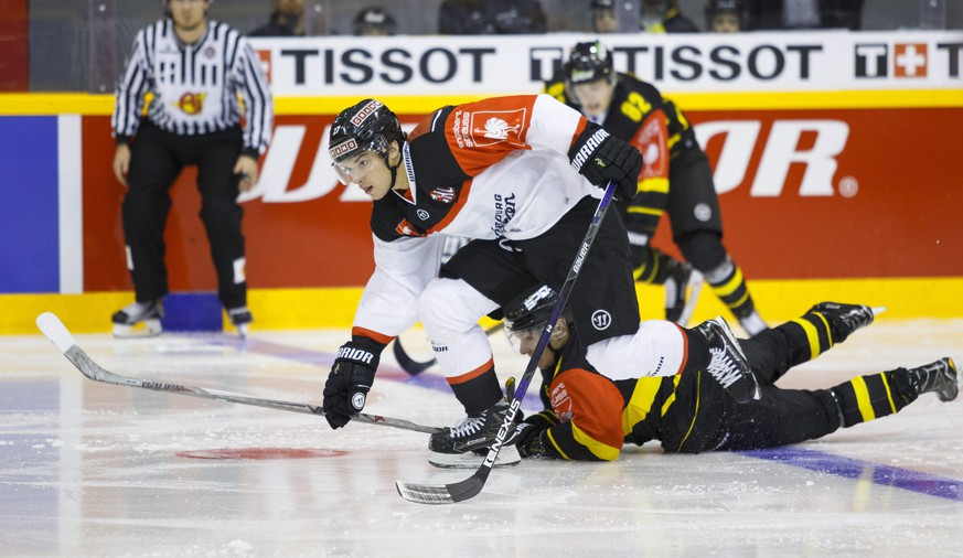 epa05613003 Yannick Rathgeb (L) of Fribourg-Gotteron and Jaakko Rissanen (R) of Kalpa during the Champions League ice hockey match between Kalpa Kuopio of Finland and Fribourg Gotteron of Switzerland in Kuopio, Finland, 01 November 2016.  EPA/STR FINLAND OUT