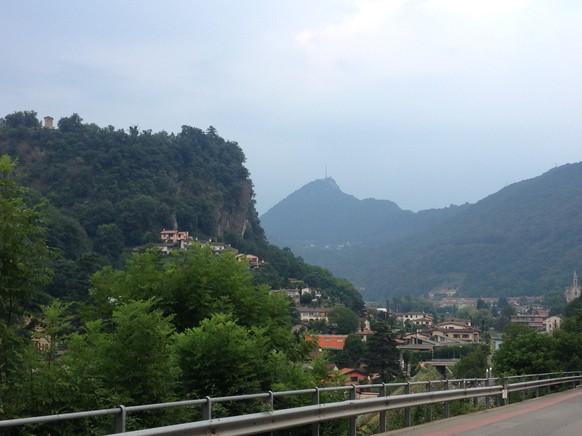 Ein herrlicher Morgen beginnt mit der Fahrt von Morcote dem Lago di Lugano entlang. Dann biege ich rechts ab, habe den San Salvatore schon im Bild und radle auf ...