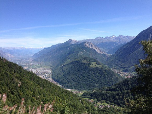 Heute gab's auf dem Weg zum Forclaz diese Aussicht aufs Unterwallis (links) und das Tal zum Grossen St.Bernhard (rechts).