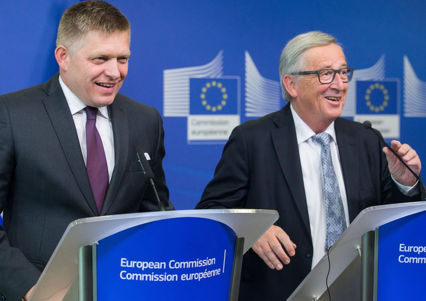 epa06112128 Slovakian Prime Minister  Robert Fico (L) and  European Union (EU) Commission President Jean-Claude Juncker give a press conference after a meeting at the European Commission in Brussels, Belgium, 27 July 2017.  EPA/STEPHANIE LECOCQ
