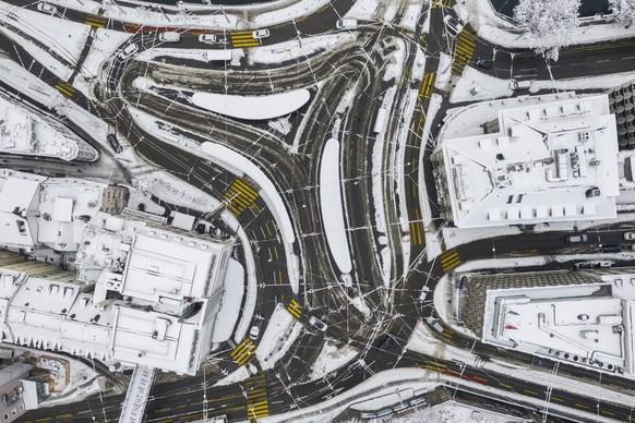 Blick auf die verschneiten Strassen und Tramschienen am Central in Zuerich, aufgenommen am Freitag, 15. Januar 2021. (KEYSTONE/Ennio Leanza)