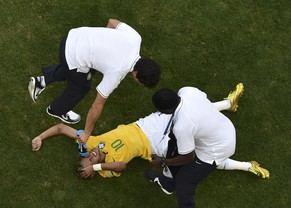 Brazil's Neymar grimaces as he is assisted during their 2014 World Cup round of 16 game against Chile at the Mineirao stadium in Belo Horizonte June 28, 2014. REUTERS/Francois Xavier Marit/Pool (BRAZIL  - Tags: SOCCER SPORT WORLD CUP)