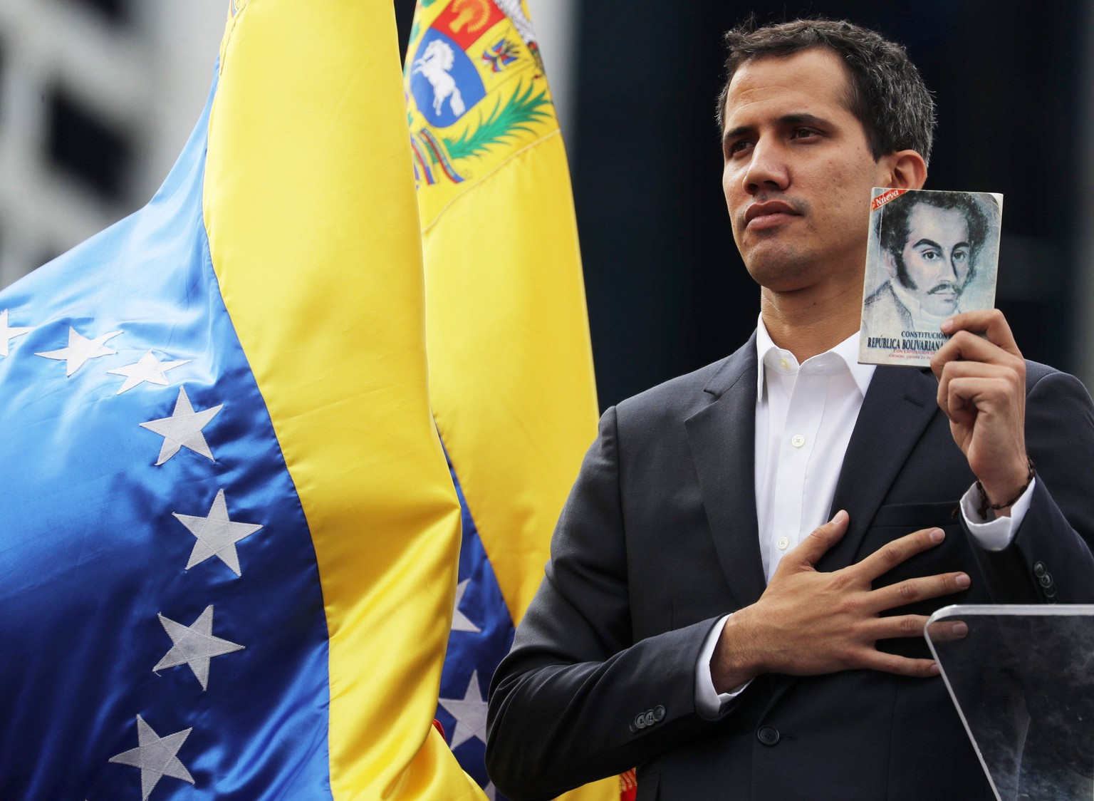 epaselect epa07312932 Juan Guaido, President of the Venezuelan Parliament, poses with a copy of Venezuela's consitution as he announces that he assumes executive powers, in Caracas, Venezuela, 23 January 2019. Guaido declared himself interim president of Venezuela - a move that was quickly recognised by US President Trump -  in fight against President Maduro whose presidency Guaido considers 'illegitimate'.  EPA/Miguel Gutiérrez