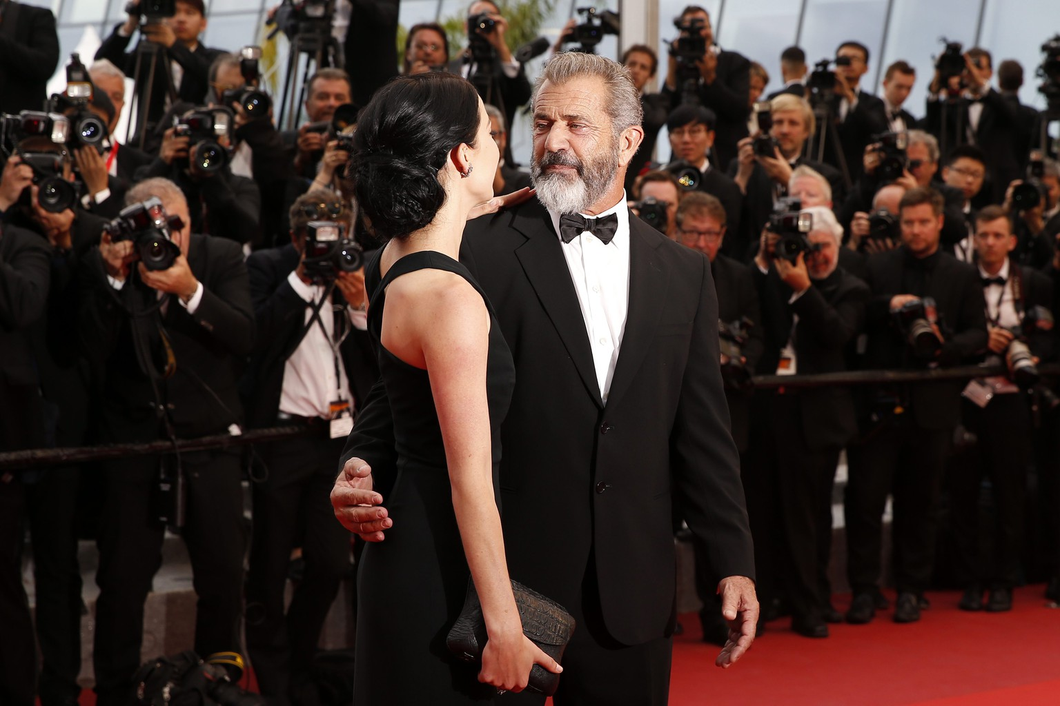 epa05323733 US actor Mel Gibson (R) and girlfriend Rosalind Ross (L) arrive for the Closing Awards Ceremony of the 69th annual Cannes Film Festival, in Cannes, France, 22 May 2016. For the first time in the festival history, the Golden Palm winning movie will be screened at the closing ceremony.  EPA/SEBASTIEN NOGIER