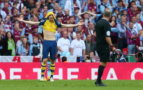 30.05.2015; London; Fussball FA Cup Final - Aston Villa -  Arsenal;  Laurent Koscielny (Arsenal) beklagt sich beim Schiedsrichter  (Catherine Ivill/AMA /freshfocus)