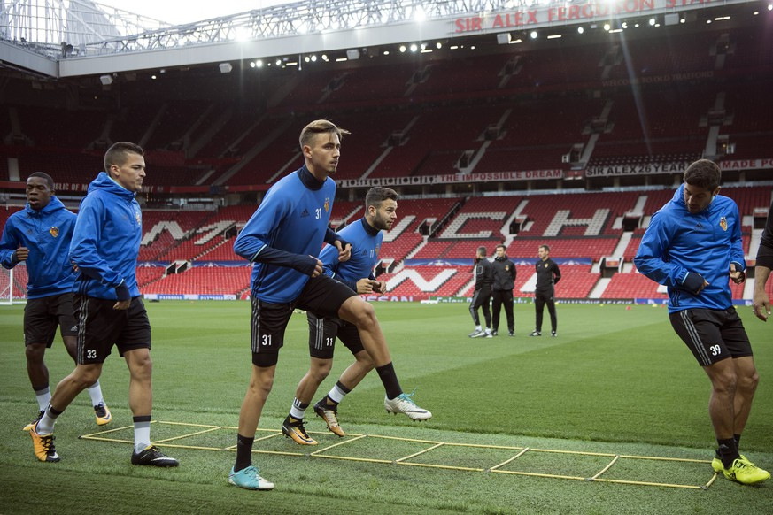 epa06198684 Basel players warm up during a training session at the Old Trafford Stadium, in Manchester, Britain, 11 September 2017. FC Basel 1893 will face Manchester United in the UEFA Champions League group A soccer match on 12 September 2017.  EPA/ANTHONY ANEX