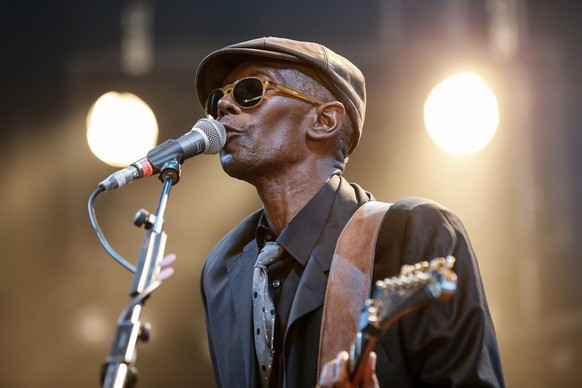 epa04849507 Maxi Jazz, singer and frontman of the British trip-hop-dance band Faithless, performs with the project 'Maxi Jazz & the E-Type Boys' at the Gurten music open air festival in Bern, Switzerland, 16 July 2015.  EPA/PETER KLAUNZER