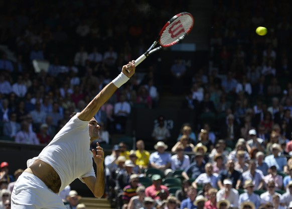epa05410516 Roger Federer of Switzerland serves to Marin Cilic of Croatia in their quarter final match during the Wimbledon Championships at the All England Lawn Tennis Club, in London, Britain, 06 July 2016.  EPA/HANNAH MCKAY EDITORIAL USE ONLY/NO COMMERCIAL SALES