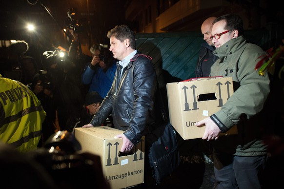 epa04680472 Investigators carry boxes from the apartment of the co-pilot of the crashed Germanwings flight 4U 9525 in Duesseldorf, Germany, 26 March 2015. Everyone on board was killed when the Germanwings plane crashed in France on 24 March 2015. Investigators have begun to search the Duesseldorf apartment of the Germanwings co-pilot.  EPA/FEDERICO GAMBARINI