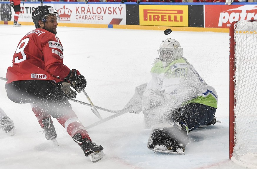 epa05946442 Switzerland's Thomas Ruefenacht (L) and Slovenia's goaltender Gasper Kroselj in action  during the 2017 IIHF Ice Hockey World Championship group B preliminary round match between Switzerland and Slovenia at AccorHotels Arena in Paris, France, 06 May 2017.  EPA/PETER SCHNEIDER