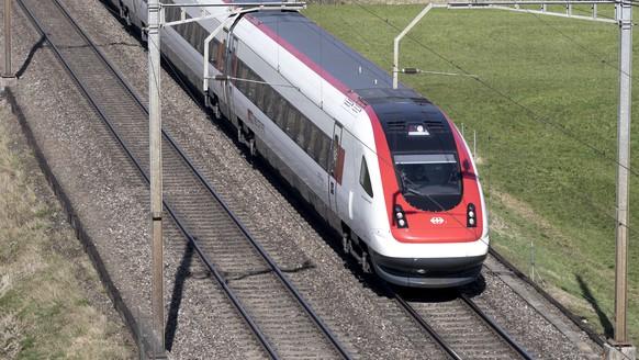 ZUM THEMA FERNVERKEHRSMONOPOL DER SBB UND DIE KONKURRENZ DER BLS AM DONNERSTAG, 19. APRIL 2018, STELLEN WIR IHNEN FOLGENDES BILDMATERIAL ZUR VERFUEGUNG --- A RABDe 500 Intercity passenger train by the Swiss Federal Railways en route between Goldau and Bellinzona at the track section in Steinen, in the canton of Schwyz, Switzerland on March 15, 2017. (KEYSTONE/Gaetan Bally)   Ein RABDe 500 ICN Personenzug der SBB unterwegs auf dem Streckenabschnitt in Steinen, Kanton Schwyz, auf der Eisenbahnstrecke zwischen Goldau und Bellinzona, fotografiert am 15. Maerz 2017. (KEYSTONE/Gaetan Bally)