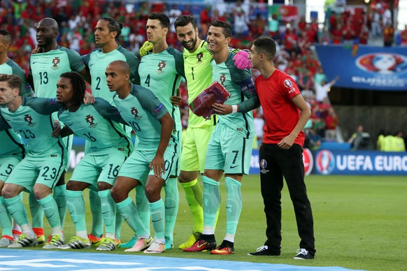 06.07.2016; Lyon; Fussball Euro 2016 - Halbfinale - Wales - Portugal; Cristiano Ronaldo (POR) mit einem Fan(Pieter Stam de Jonge/VI Images/freshfocus)