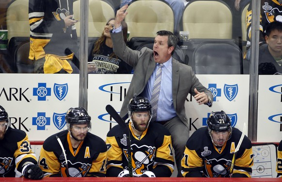 Pittsburgh Penguins coach Mike Sullivan shouts behind, from left, Chris Kunitz, Bryan Rust and Evgeni Malkin during the third period in Game 5 of the NHL hockey Stanley Cup Finals against the San Jose Sharks on Thursday, June 9, 2016, in Pittsburgh. The Sharks won 4-2. (AP Photo/Gene J. Puskar)