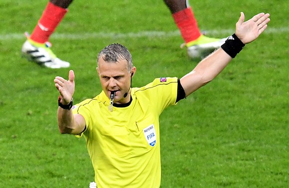 epa05406368 Dutch referee Bjoern Kuipers during the UEFA EURO 2016 quarter final match between France and Iceland at Stade de France in Saint-Denis, France, 03 July 2016.   (RESTRICTIONS APPLY: For editorial news reporting purposes only. Not used for commercial or marketing purposes without prior written approval of UEFA. Images must appear as still images and must not emulate match action video footage. Photographs published in online publications (whether via the Internet or otherwise) shall have an interval of at least 20 seconds between the posting.)  EPA/GEORGI LICOVSKI   EDITORIAL USE ONLY