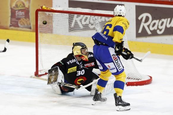 Davos Spieler Chris Egli erzielt das Tor zum 1-1 gegen Berns Torhueter Leonardo Genoni im Eishockey Meisterschaftsspiel der National League A zwischen dem SC Bern und dem HC Davos, am Freitag, 21. Oktober 2016, in der Postfinance Arena in Bern. (KEYSTONE/Peter Klaunzer)