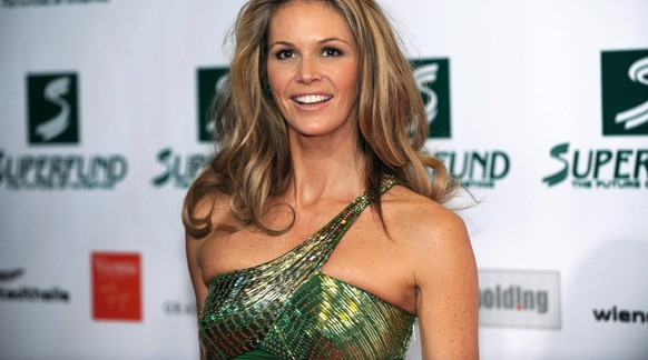 epa01656625 A picture dated 05 March 2009 shows Australian model Elle MacPherson arriving for the 'Women's World Awards 2009' ceremony in the 'Wiener Stadthalle' in Vienna, Austria.  EPA/JOERG CARSTENSEN .