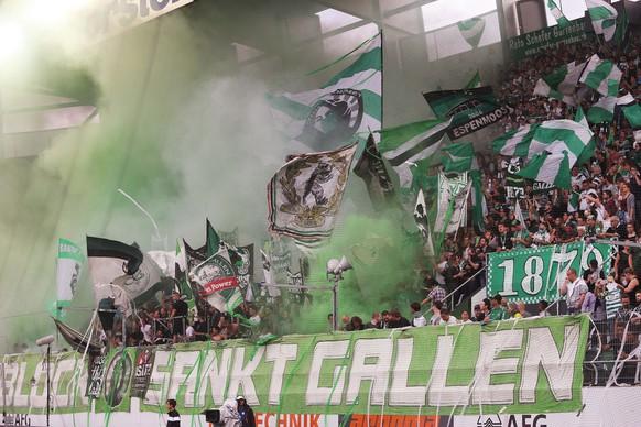 Tolle Stimmung auf den Raengen kurz vor Spielbeginn bei den St. Gallen Fans am Samstag, 23. Juli 2016, beim Fussball Super-League Spiel zwischen dem FC St. Gallen und den BSC Young Boys im Kybunpark in St. Gallen. (KEYSTONE/Eddy Risch)