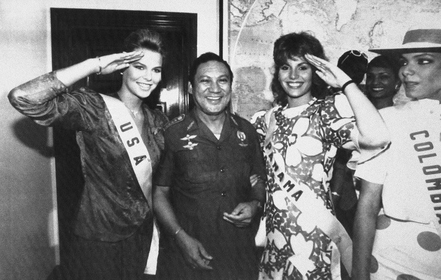 "ADDS CONFIRMATION BY PANAMANIAN PRESIDENT, FILE - In this July 5, 1986 file photo, Miss USA, Christy Fichtner, left, and Miss Panama, Gilda Garcia Lopez, salute while flanking General Manuel Antonio Noriega in Panama City. Pictured right is Miss Colombia, Maria Monica Urbina.  Former Panamanian dictator Noriega died late Monday, May 29, 2017, at age 83.  Panamanian President Juan Carlos Varela wrote in his Twitter account that ""the death of Manuel A. Noriega closes a chapter in our history."" (AP Photo/Jim Ellis, File)"