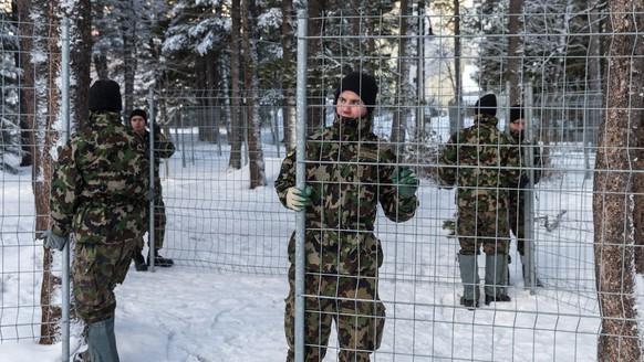 Im Vorfeld des WEF 2014 werden Abschrankungen durch Angehörige des Schweizer Militärs montiert.