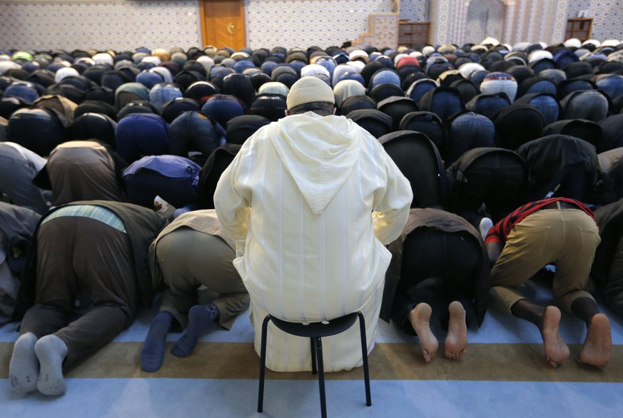 Members of the Muslim community attend the Friday prayer at Strasbourg Grand Mosque, France, November 20, 2015, one week after the deadly attacks in Paris. REUTERS/Vincent Kessler