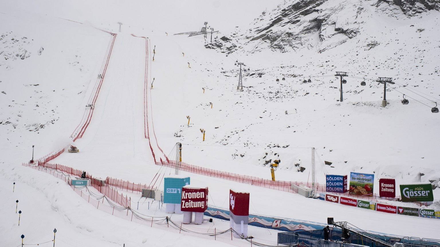 epa08749398 General view of the finishing area at the FIS Alpine Ski World Cup season in Soelden, Austria, 16 October 2020. The FIS Alpine Skiing World Cup season 2020/2021 will be traditionally opened with Giant Slalom races on 17 and 18 October 2019 in Soelden. Due to measures to stem the coronavirus (COVID-19) disease, the races will take place without spectators.  EPA/GIAN EHRENZELLER