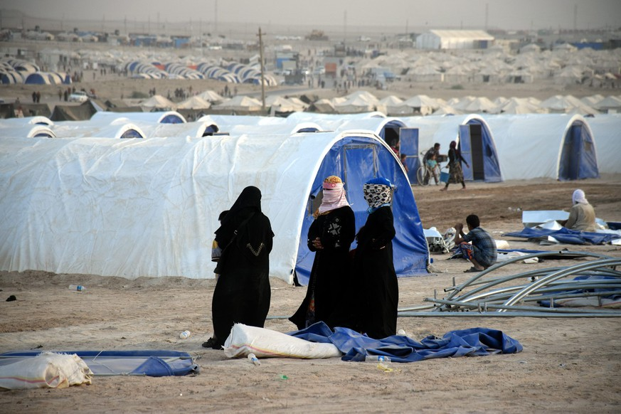 epa05381015 Iraqi displaced women wait for their tent to be built at a refugees camp held recently in western Fallujah city, 60 km west of Baghdad, Iraq, 21 June 2016. According to UN High Commissioner for Refugees (UNHCR) Iraqis fled their homes in Fallujah city due the ongoing fighting between the Iraqi forces and Islamic State (IS) terror militia.  EPA/NAWRAS AAMER