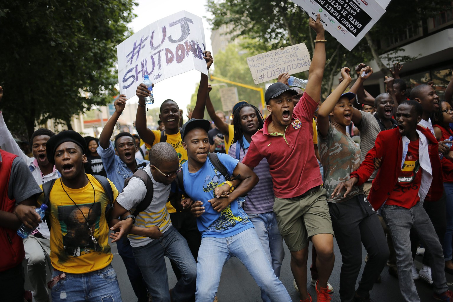 epa04988709 Some of the thousands of students from Wits University demonstrate during another day of protest against fee increases at their university, Johannesburg, South Africa, 22 October 2015. The Wits students have been demonstrating for days against a proposed fee increase and has spread to other major universities in the country. South African students continued with their campaign across the country enforing multiple university shut downs and rolling protests against the rise in tuition fees. South African president Jacob Zuma is set to discuss the fees issue with student leaders in the capital Pretoria.  EPA/KIM LUDBROOK