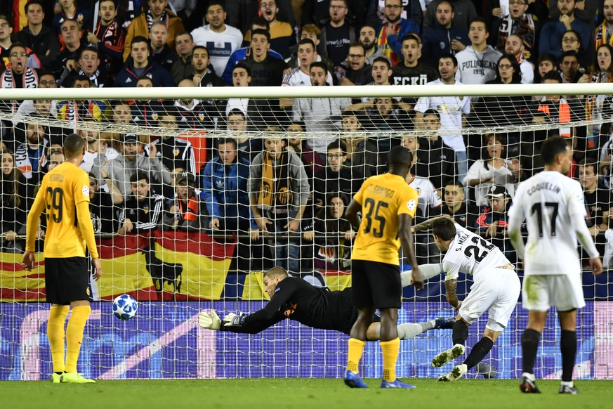 Valencia's Santiago Mina Lorenzo, 2nd right, scores to 2:1 next to YB's goalkeeper David von Ballmoos, YB's Guillaume Hoarau, left, and Sekou Sanogo, center, look on, during the UEFA Champions League group stage group H match between Spain's Valencia CF and Switzerland's BSC Young Boys, at the Mestalla stadium in Valencia, Spain, Wednesday, November 7, 2018. (KEYSTONE/Anthony Anex)