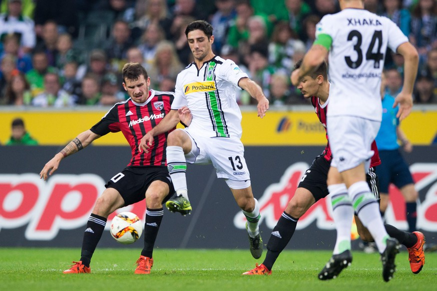 epa05015644 Gladbachs Lars Stindl (2. f.l.) and Ingolstadts Pascal Gross (l) vie for the ball during to the German Bundesliga soccer match between Borussia Moenchengladbach and FC Ingolstadt 04 at Borussia-Park in Moenchengladbach, Germany, 07 November 2015.  EPA/MARIUS BECKER (EMBARGO CONDITIONS - ATTENTION - Due to the accreditation guidelines, the DFL only permits the publication and utilisation of up to 15 pictures per match on the internet and in online media during the match)