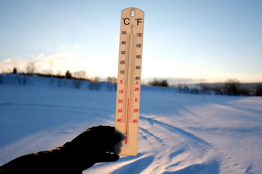 epa05700899 A thermometer shows the temperature of minus 15 degrees Celsius on a sunny and freezing morning in Roztoka village near Przemysl, Poland, 06 January 2017. The temperature in this part of Poland dropped this morning to minus 15 degrees Celsius.  EPA/Darek Delmanowicz POLAND OUT