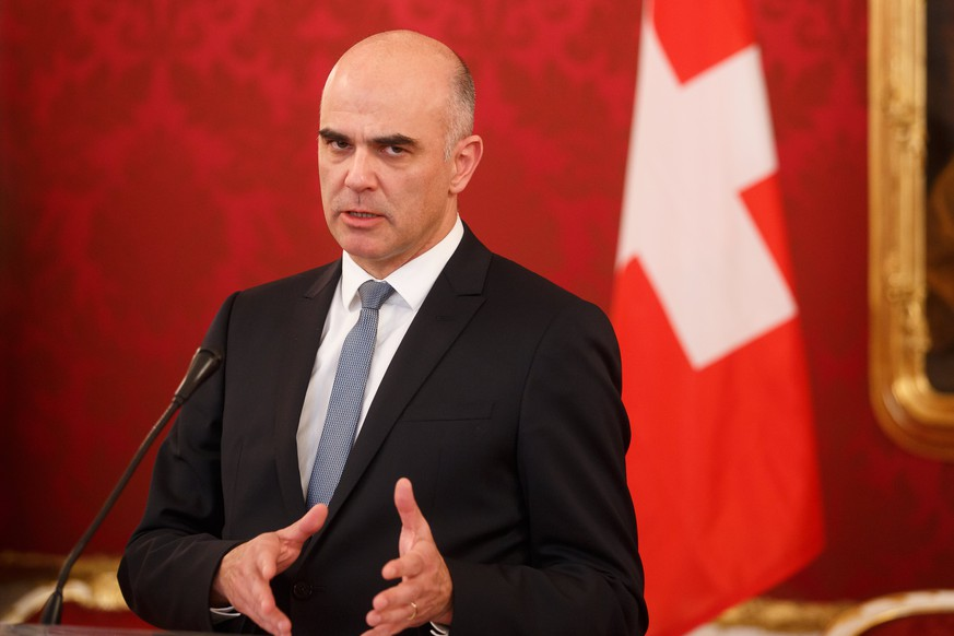 epa06426650 Swiss Federal President Alain Berset speaks during a press statement after a meeting at the presidential office of the Hofburg Palace in Vienna, Austria, 09 January 2018. Berset is on a working visit in Vienna.  EPA/FLORIAN WIESER