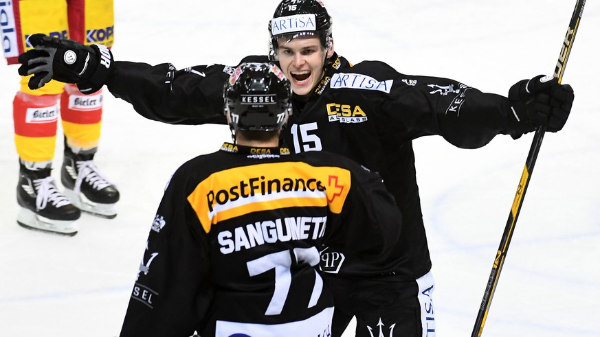 Lugano's player Gregory Hofmann celebrates the 5-2 goal during the preliminary round game of National League Swiss Championship 2017/18 between HC Lugano and EHC Biel, at the ice stadium Resega in Lugano, Switzerland, Saturday, October 7, 2017. (KEYSTONE/Ti-Press/Gabriele Putzu)