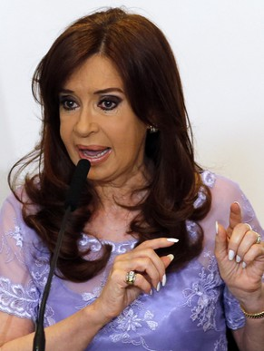 Argentina's President Cristina Fernandez de Kirchner speaks after heading a meeting with governors in Casa Rosada government house in Buenos Aires January 30, 2015. President Fernandez hunkered down in her presidential residence for a week before speaking about the mysterious death of the state prosecutor Alberto Nisman who claimed she sought to whitewash Iran's alleged involvement in a 1994 bomb attack on Argentine soil.   REUTERS/Enrique Marcarian (ARGENTINA - Tags: CRIME LAW POLITICS)
