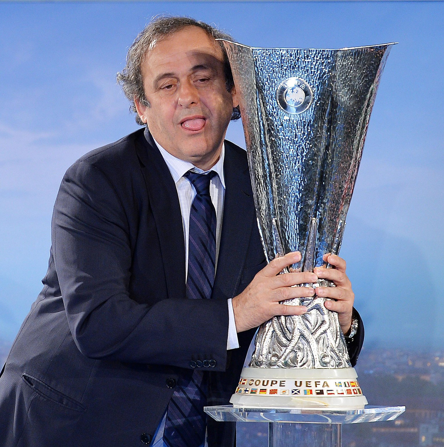 epa04168991 UEFA's President Michel Platini lifts the UEFA Europa League Cup, during its presentation in Turin, Italy, 16 April 2014. The UEFA Europa League final match will be played at the Juventus Stadium in Turin, on 14 May 2014.  EPA/ALESSANDRO DI MARCO