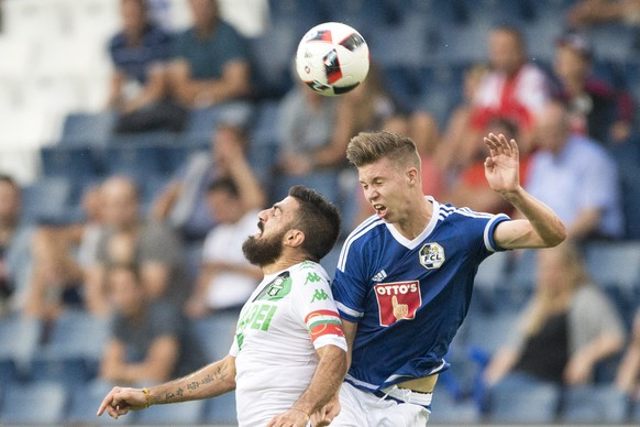 Francesco Magnanelli, left, of Sassuolo, and Cedric Itten, right, of Luzern, in action, during the UEFA Europa League third qualifying round first leg soccer match between Swiss Club FC Luzern and  Italian Club US Sassuolo, in Lucerne, Switzerland, Thursday, 28 July 2016. (KEYSTONE/Urs Flueeler)