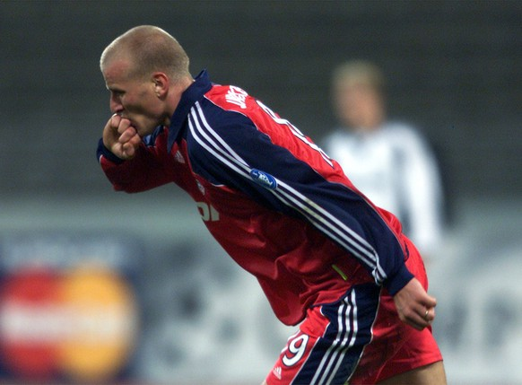 Munich's striker Carsten Jancker kisses his ring after scoring the 1-1 during the UEFA Champions League Group F match FC Bayern Munich vs. Rosenborg Trondheim at the Munich Olympic stadium on Tuesday, September 19, 2000. (AP Photo/Daniel Maurer)