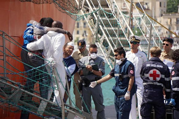 epa05330525 Refugees disembark from Norwegian ship Siem Pilot in the harbour of Salerno, southern Italy, 26 May 2016. The Norwegian ship dopped off some 1,000 refugees from the sub-Saharan that were rescued in the Mediterranean Sea.  EPA/CESARE ABBATE